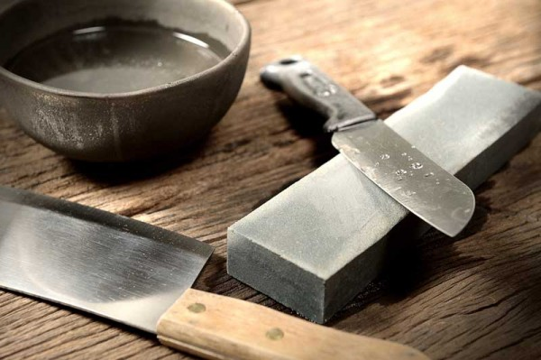Sharpening-kitchen-knives-with-stones576c03c05721b